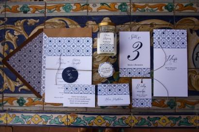 Jednokartkowe rustykalne zaproszenia ślubne z motywem hiszpańskiej grafiki w kolorze niebieskim - zestaw próbny
