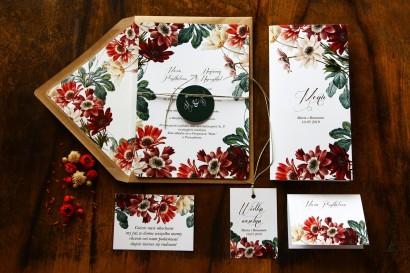 Jednokartkowe botaniczne zaproszenia ślubne z motywem bordowych i burgundowych stokrotek afrykańskich wraz z dodatkami