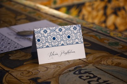 Winietki ślubne, wizytówki z personalizacją na stół weselny z motywem hiszpańskiej grafiki w kolorze niebieskim