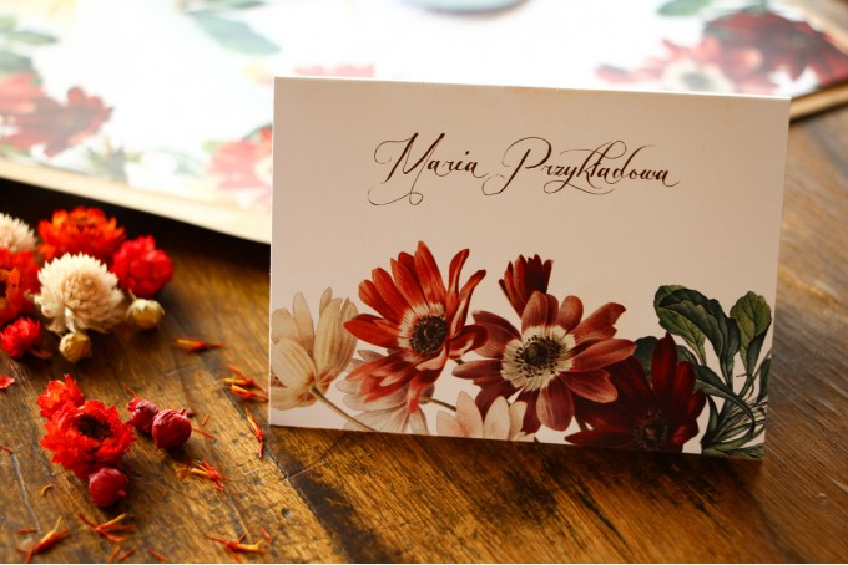 Winietki ślubne, wizytówki z personalizacją na stół weselny z motywem bordowych i burgundowych stokrotek afrykańskich