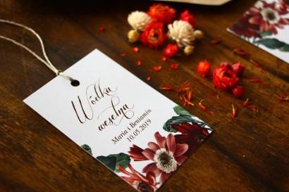Zawieszki na trunki weselne, dodatki ślubne z motywem bordowych i burgundowych stokrotek afrykańskich