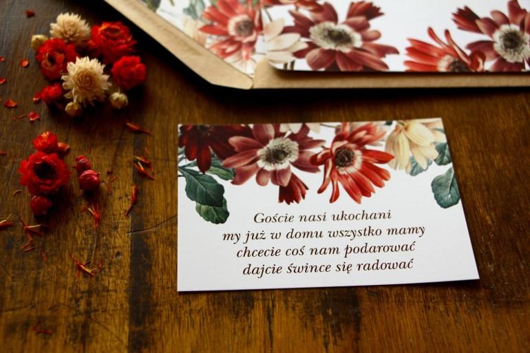 Bilecik do zaproszeń ślubnych z motywem bordowych i burgundowych stokrotek afrykańskich z elementami zielonych gałązek