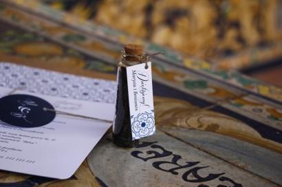 Podziękowania dla Gości w postaci buteleczek z herbatą, przywieszka z motywem hiszpańskiej grafiki w kolorze niebieskim