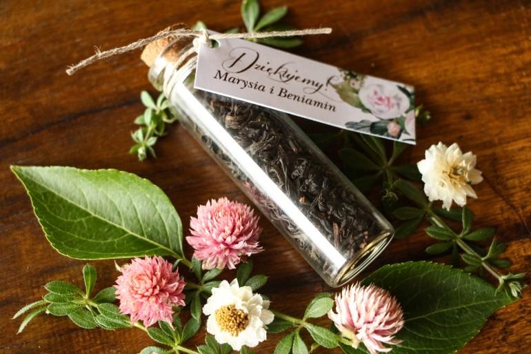 Podziękowania dla Gości w postaci buteleczek z herbatą, przywieszka z motywem pastelowych, różowych dalii i róż