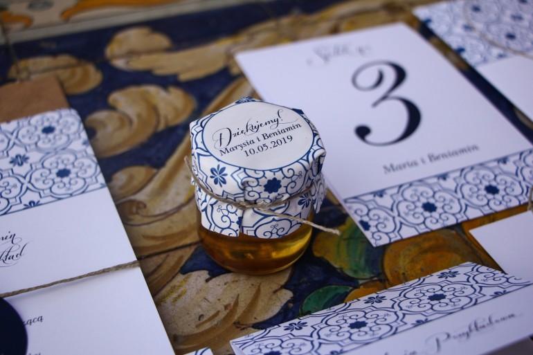 Słodkie podziękowania dla gości weselnych w postaci słoiczków z Miodem z motywem hiszpańskiej grafiki w kolorze niebieskim