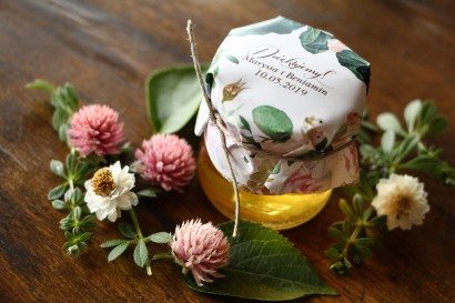 Słodkie podziękowania dla gości weselnych, ślubnych w postaci słoiczków z Miodem z motywem pastelowych, różowych dalii i róż