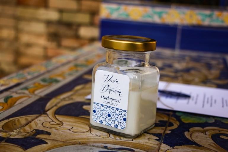 Świeczki - podziękowania i upominki dla gości weselnych, ślubnych z motywem hiszpańskiej grafiki w kolorze niebieskim