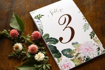 Rustykalne Weselne Numery Stolików z motywem pastelowych, różowych dalii i róż