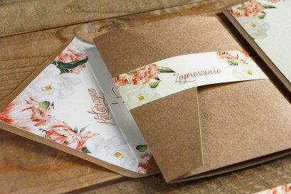 Brzoskwiniowe zaproszenia ślubne z różą i piwonią, etui z ekologicznego papieru z kieszonką na bilecik - Mokate nr 1