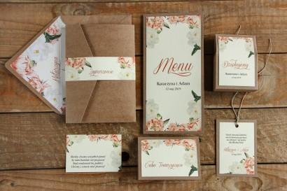 Brzoskwiniowe zaproszenia ślubne z różą i piwonią, etui z ekologicznego papieru z kieszonką na bilecik