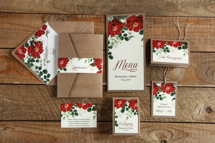 Ekologiczne zaproszenia ślubne z czerwoną chińską różą oraz zielonymi gałązkami wraz z dodatkami