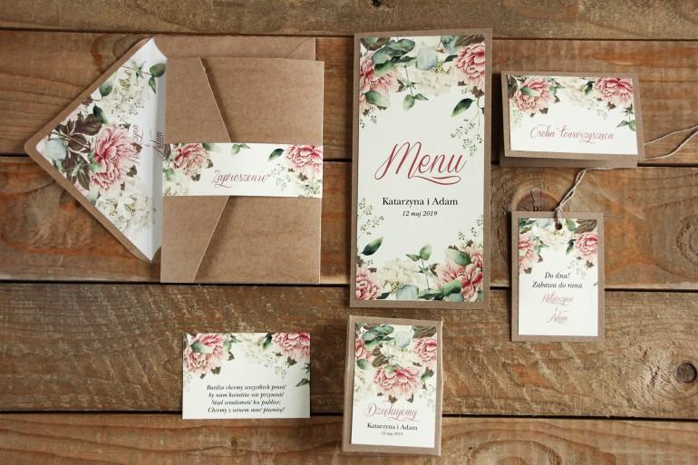 Ekologiczne zaproszenia ślubne z białymi i różowymi piwoniami oraz gałązkami eukaliptusa