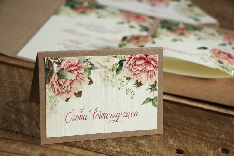 Winietki ślubne, wizytówki z personalizacją na stół weselny - Grafika z białymi i różowymi piwoniami oraz gałązkami eukaliptusa