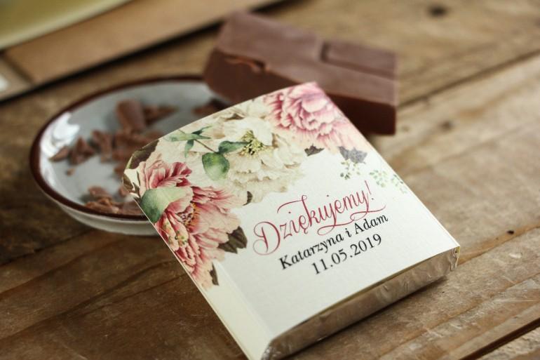 Podziękowanie dla gości weselnych w postaci mlecznej czekoladki, owijka z białymi i różowymi piwoniami