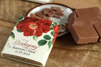 Podziękowanie dla gości weselnych w postaci mlecznej czekoladki, owijka z czerwoną chińską różą oraz zielonymi gałązkami