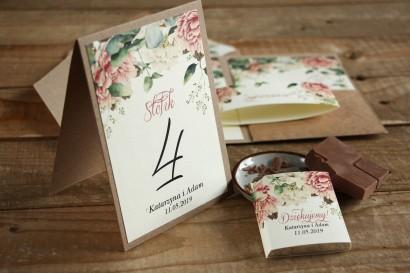 Numery stolików weselnych - Grafika z białymi i różowymi piwoniami oraz gałązkami eukaliptusa