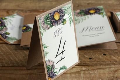 Numery stolików weselnych - Grafika z astrami w odcieniach fioletu oraz gałązkami paproci