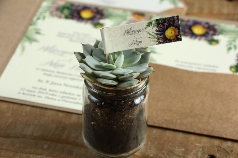 Podziękowania dla gości w formie sukulentów w szklanym słoiczku. Piker z grafiką z astrami w odcieniach fioletu