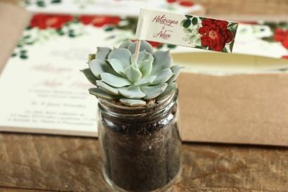 Podziękowania dla gości w formie sukulentów w szklanym słoiczku. Piker z grafiką z czerwoną chińską różą