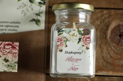 Świeczki - podziękowania i upominki dla gości weselnych. Etykieta z białymi i różowymi piwoniami oraz gałązkami eukaliptusa