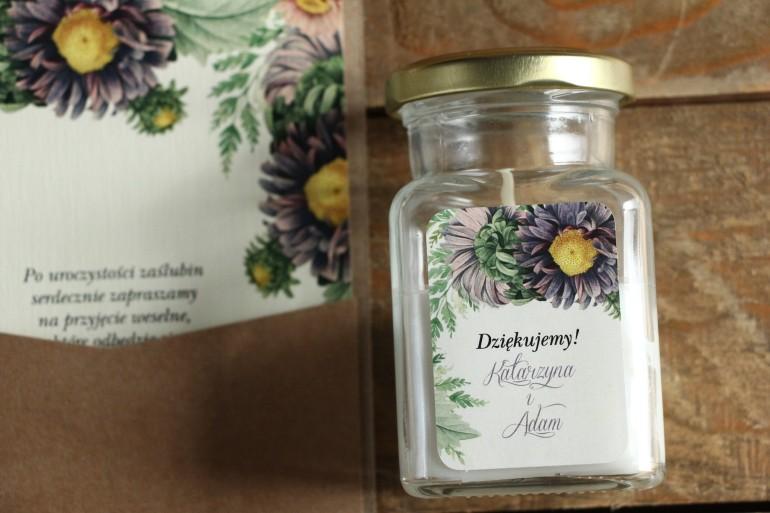 Świeczki - podziękowania i upominki dla gości weselnych. Etykieta z astrami w odcieniach fioletu