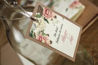 Zawieszki na butelki weselne - Grafika z białymi i różowymi piwoniami oraz gałązkami eukaliptusa