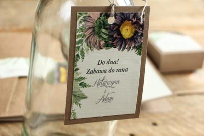 Zawieszki na butelki weselne - Grafika z astrami w odcieniach fioletu oraz gałązkami paproci