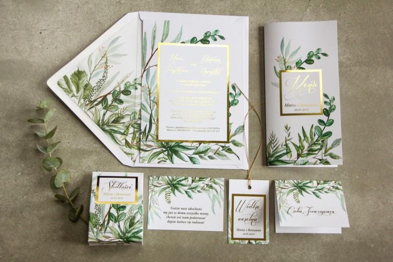 Zaproszenia ślubne w stylu glamour z botanicznym motywem greenery – zielone gałązki w otoczeniu złotej ramki oraz tekstu