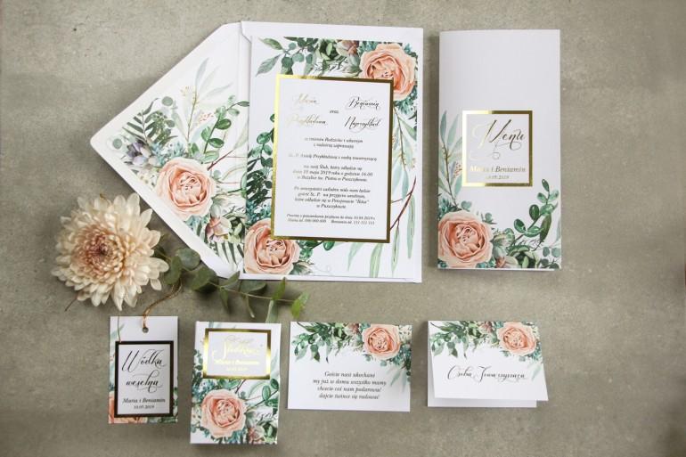 Zaproszenia ślubne w stylu glamour z delikatnymi brzoskwiniowymi piwoniami i zielonymi gałązkami w otoczeniu złotej ramki