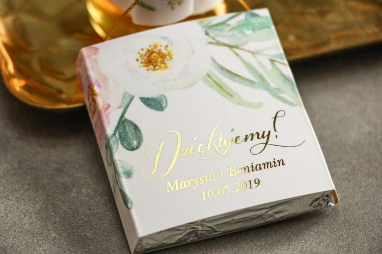 Podziękowanie dla gości weselnych w postaci czekoladki, owijka ze złotymi napisami. Subtelny wzór z różowymi i białymi piwoniami