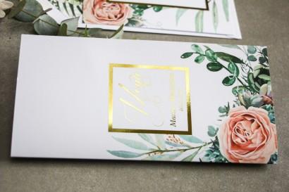 Menu weselne ze złoceniem w stylu Glamour - Delikatne brzoskwiniowe piwonie i zielone gałązki