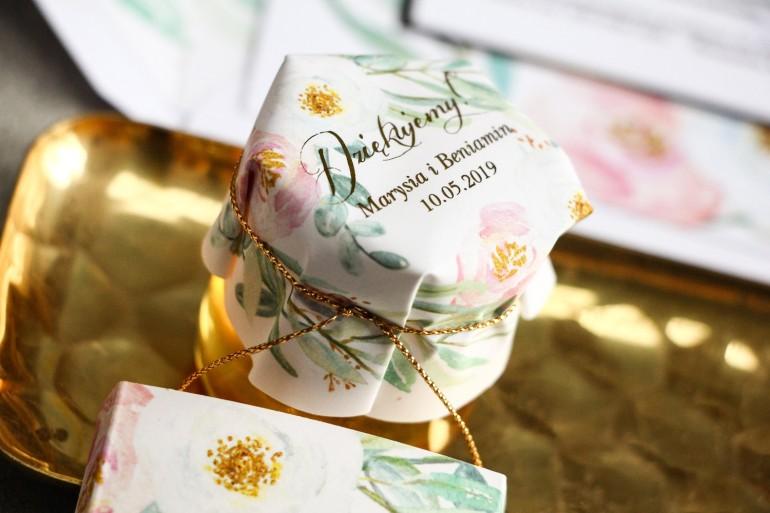 Miody - podziękowanie dla gości weselnych. Kapturek ze złoconymi napisami oraz subtelnym wzorem z różowymi i białymi piwoniami