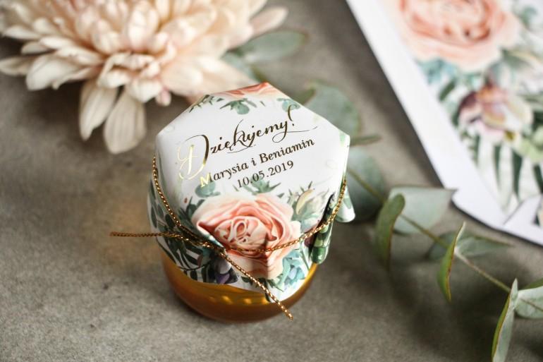 Słoiczek z miodem - podziękowanie dla gości weselnych. Kapturek ze złoconymi napisami oraz delikatnymi brzoskwiniowymi piwoniami