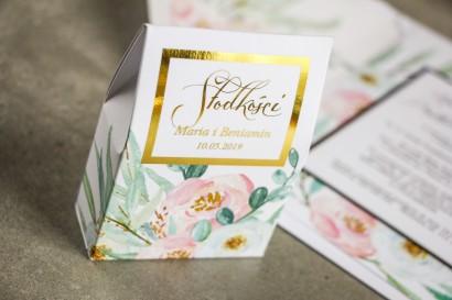 Pudełeczko na słodkości ze złoceniem, podziękowania dla gości weselnych - Subtelny wzór z różowymi i białymi piwoniami