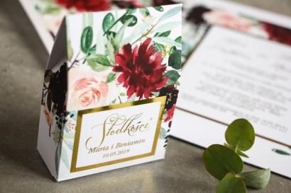 Pudełeczko na słodkości ze złoceniem, podziękowania dla gości weselnych - Burgundowe i bordowe piwonie oraz dalie
