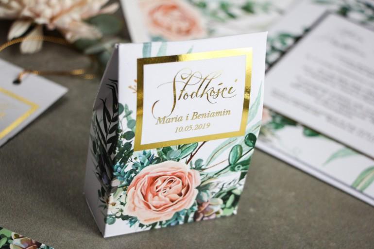 Pudełeczko na słodkości ze złoceniem, podziękowania dla gości weselnych - Delikatne brzoskwiniowe piwonie i zielone gałązki