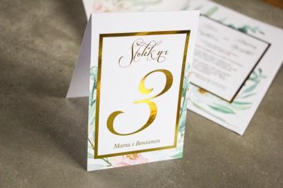 Numery stolików weselnych ze złoceniem w stylu Glamour - Subtelny wzór z różowymi i białymi piwoniami