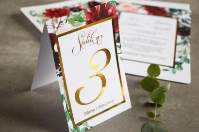 Numery stolików weselnych ze złoceniem w stylu Glamour - Burgundowe i bordowe piwonie oraz dalie, z dodatkiem różu