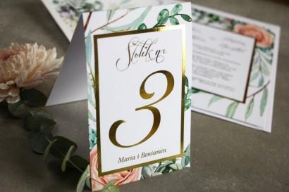 Numery stolików weselnych ze złoceniem w stylu Glamour - Delikatne brzoskwiniowe piwonie i zielone gałązki