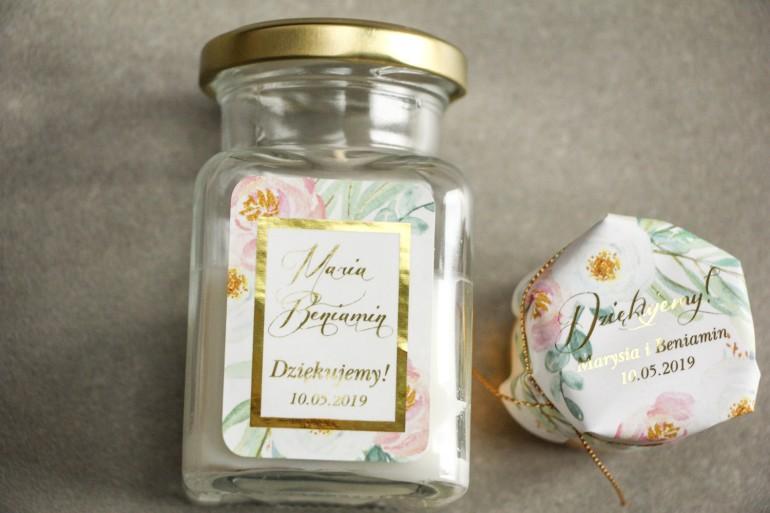 Świeczki - podziękowania dla gości weselnych. Złocenie na etykiecie oraz subtelny wzór z różowymi i białymi piwoniami