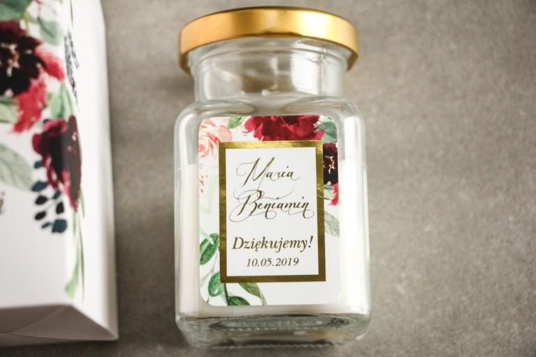 Świeczki - podziękowania dla gości weselnych. Złocenie na etykiecie oraz burgundowe i bordowe piwonie oraz dalie
