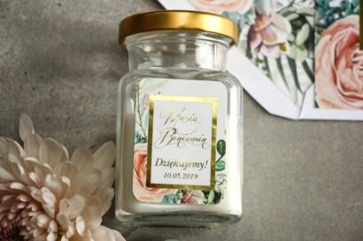 Świeczki - podziękowania dla gości weselnych. Złocenie na etykiecie oraz delikatne brzoskwiniowe piwonie i zielone gałązki