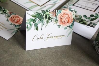 Winietki ślubne ze złoceniem w stylu Glamour. Delikatne brzoskwiniowe piwonie i zielone gałązki
