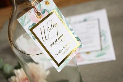 Złocone zawieszki na butelki w stylu Glamour. Subtelny wzór z różowymi i białymi piwoniami