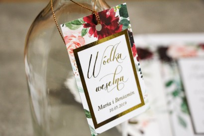Złocone zawieszki na butelki w stylu Glamour. Burgundowe i bordowe piwonie oraz dalie, z dodatkiem różu