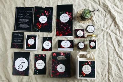 Kwiatowe zaproszenia ślubne w czarnym, klasycznym etui. Kolorystyka przełamana bordowymi i burgundowymi kwiatami piwonii i róż