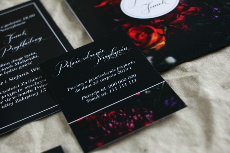 Czarny bilecik do kwiatowych zaproszeń ślubnych. Kolorystyka przełamana bordowymi i burgundowymi kwiatami piwonii i róż