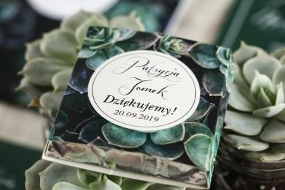 Podziękowanie dla gości weselnych w postaci mlecznej czekoladki, owijka w stylu botanicznym z eukaliptusami