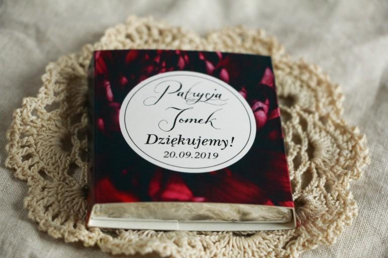 Podziękowanie dla gości weselnych w postaci mlecznej czekoladki, czarna owijka w stylu kwiatowym.