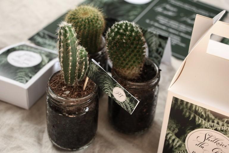 Podziękowania dla gości w formie kaktusa w szklanym słoiczku. Piker z grafiką z liśćmi paproci